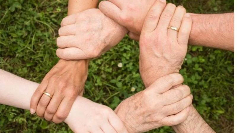 collaborazione tra persone - mani in rete